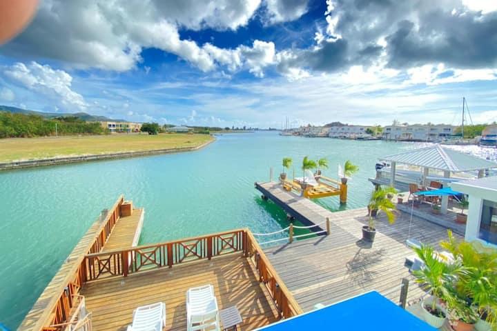 Villa Rumrunner-Tasteful Waterfront Villa