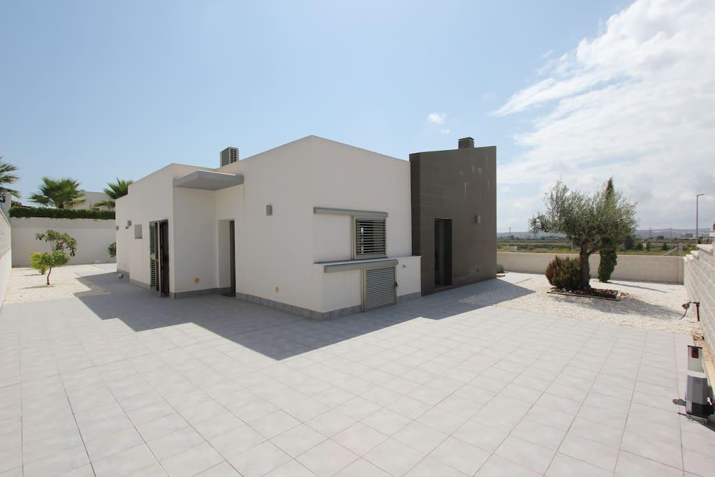Moderna casa con piscina maisons louer san fulgencio for Casa moderna 44 belvedere