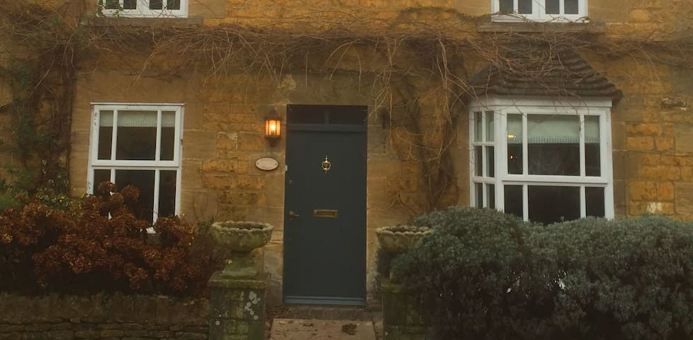 Wisteria Cottage, delightful Cotswold Cottage - Bourton-on-the-Water - Dom