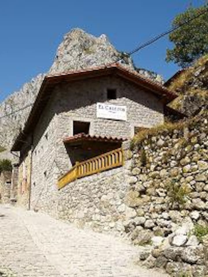 The house at the entrance of the village (El Pueblu)