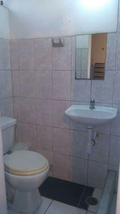 Baño independiente con lavamanos y ducha