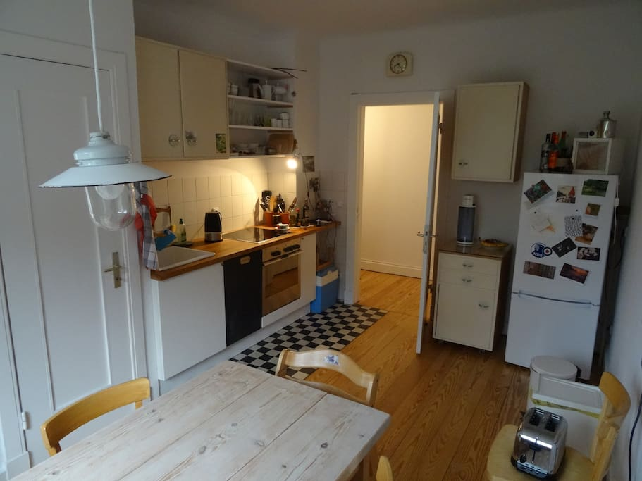 Küche mit Herd, Backofen, Spülmaschine, gr. Kühlschrank/Eisfach