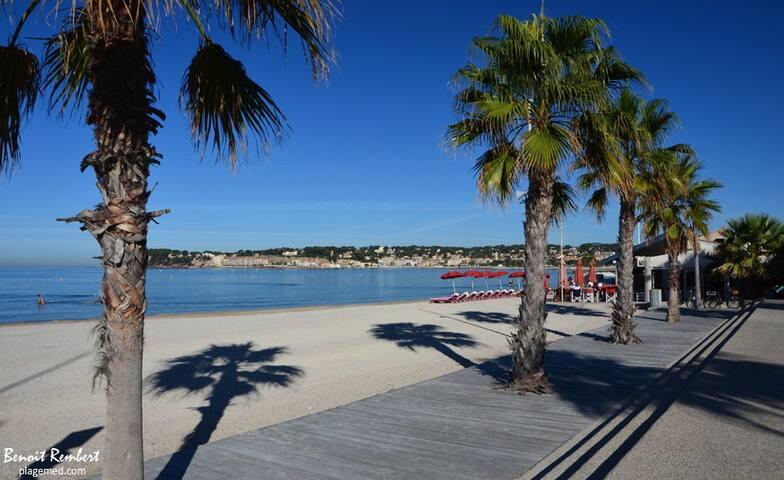 Studio à six-fours traversant proche de la plage