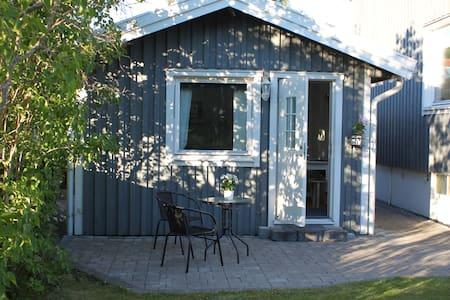 Mysig gäststuga med kök och toalett