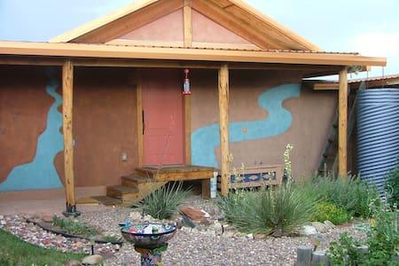 Strawbale casita on scenic U.S. 60 - Casa nella roccia