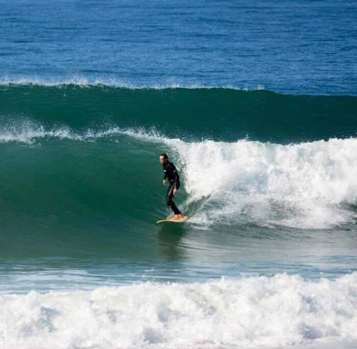 Eduardo, meu esposo, mandando ver nas ondas aqui no quintal de casa: Praia Pico da Cruz! <3