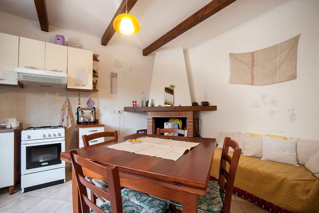 Cucina e sala da pranzo con camino