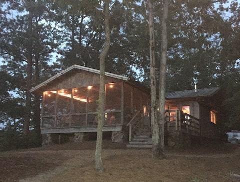 Enchanting Cabin/Cottage on Beautiful Smith Lake