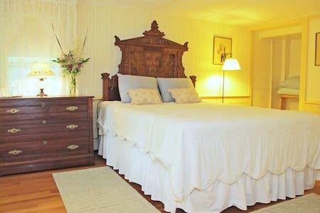 Hawks House Inn Room 1, Queen bed, private bath - Walpole