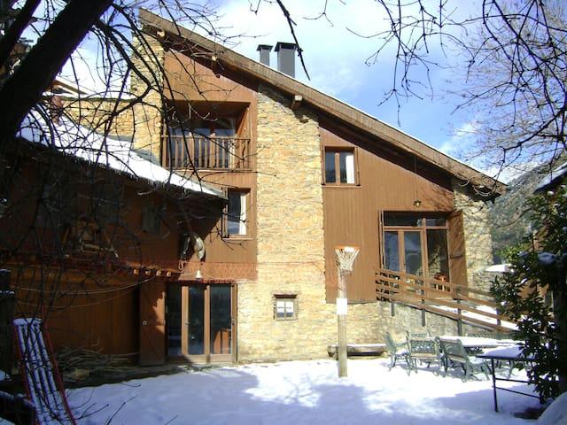 Casa en el Pirineo de 15 plazas - Altron - Haus