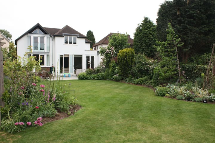 Spacious 4 bed home, pretty garden - Thames Ditton - Casa