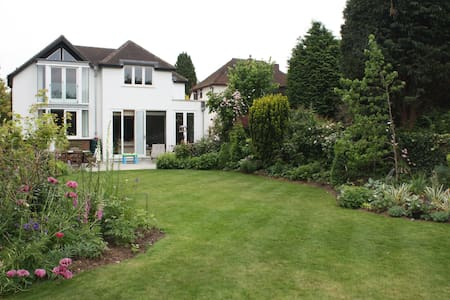 Spacious 4 bed home, pretty garden - Thames Ditton