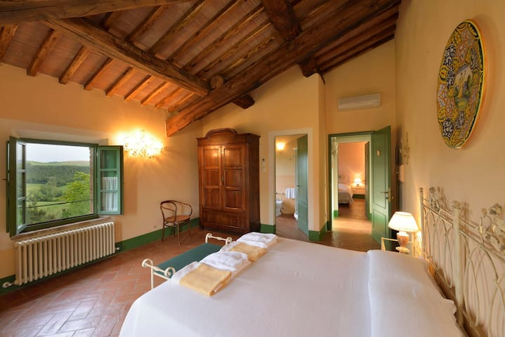 Large bedroom with breathtaking views - Buonconvento - Bed & Breakfast