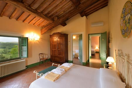 Large bedroom with breathtaking views - Buonconvento