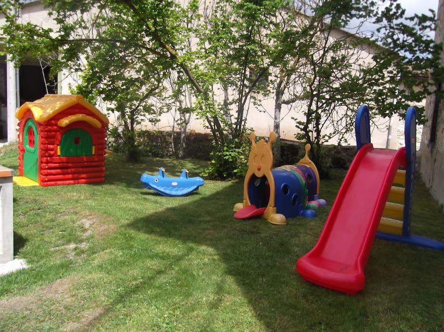 Zona infantil de juegos exterior