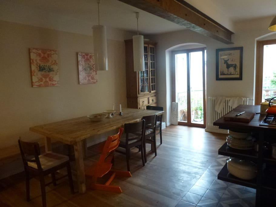 Dining table in the kitchen/ Esstisch in der Küche
