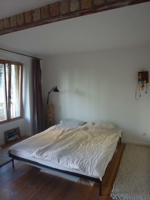 Sleeping room, fronting the garden/ Schlafzimmer zum Garten