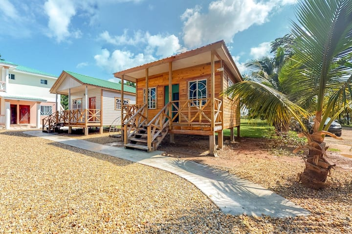 Tropical cabana outside Dangriga - quiet & secure w/ free WiFi, TV & partial AC!