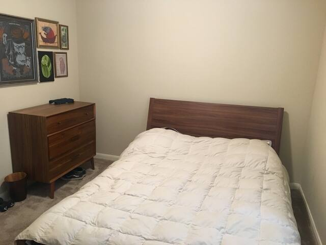 Guest Bedroom w/ Queen Bed