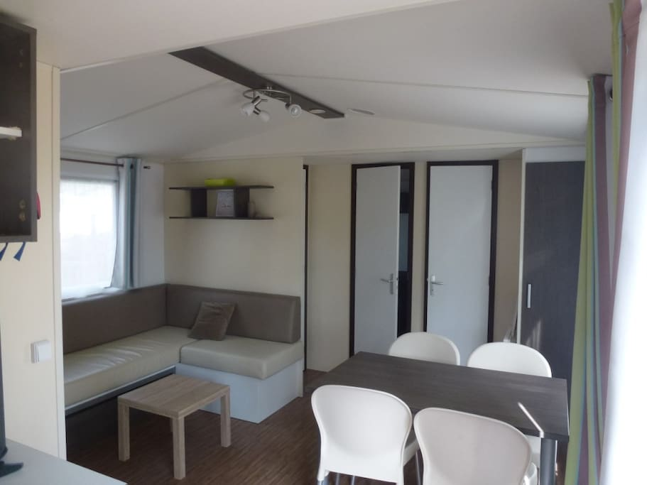 Grande pièce centrale avec cuisine sur accès direct terrasse bois