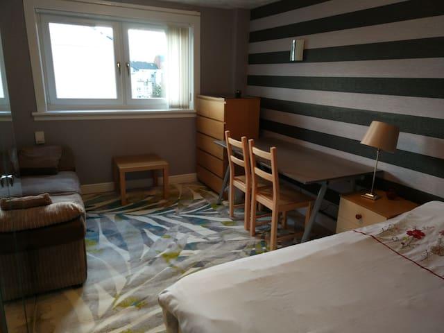 Nice Double Bedroom in Edinburgh.
