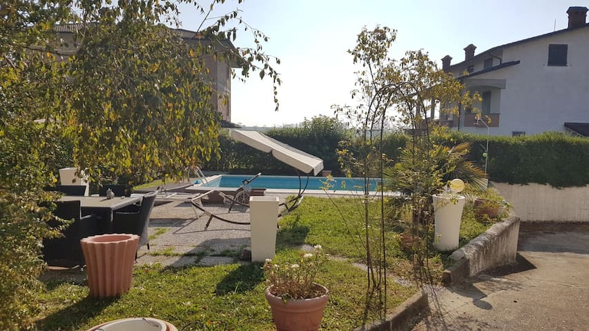 Villa con giardino e piscina in posto tranquillo