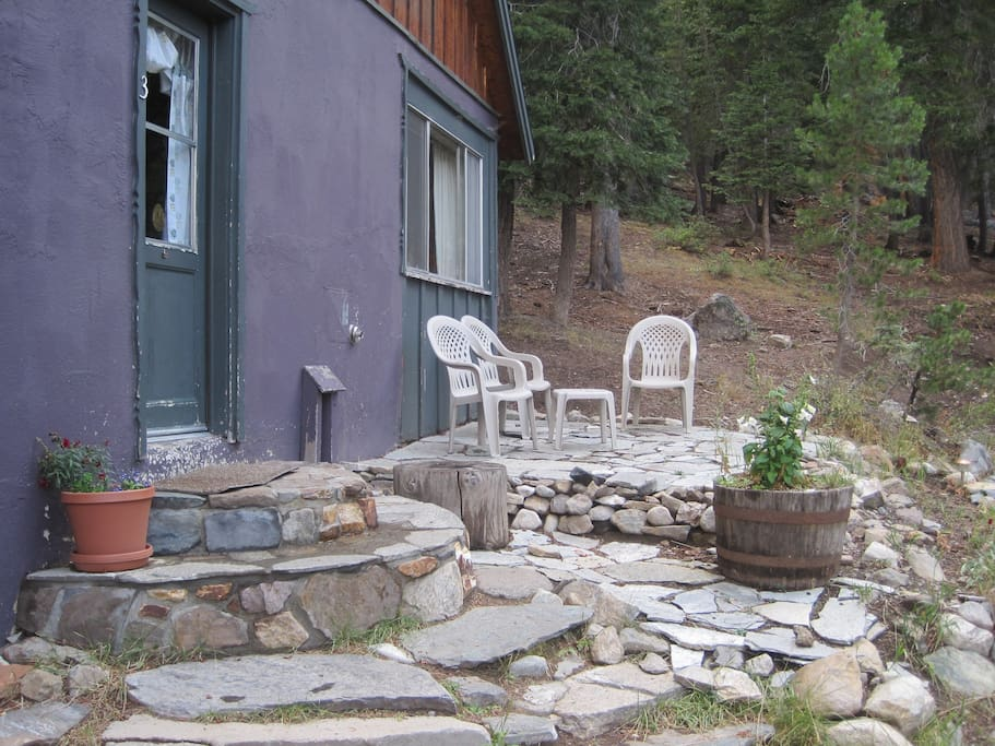 Vintage mammoth cabin in the woods guesthouses for rent for Mammoth mountain cabins pet friendly