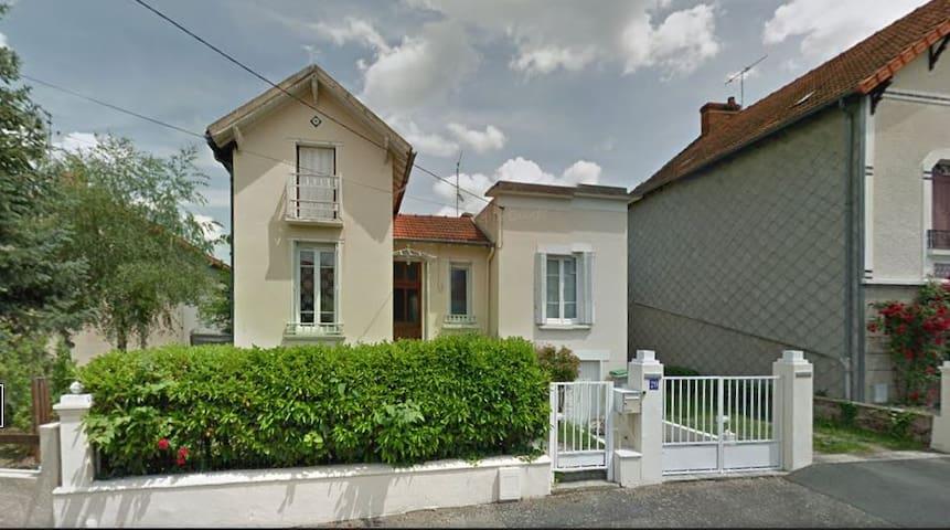 Maison conviviale dans une rue calme - Montluçon - Huis