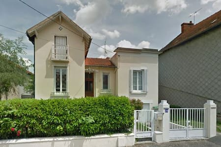 Maison conviviale dans une rue calme - Montluçon - บ้าน