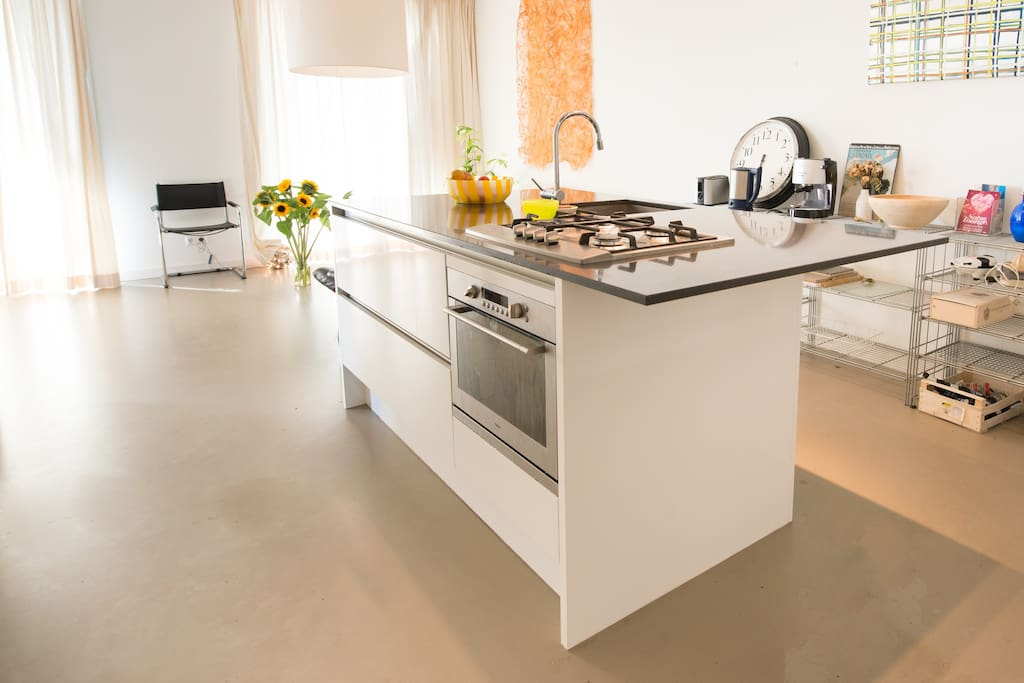 open kitchen with all amenities (over, microwave, fridge, tosti maker, blender, etc, etc)