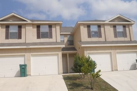 Cozy Townhome - Universal City