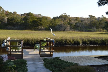 Canal waterfront 2 blocks to beach! - Oak Island - House
