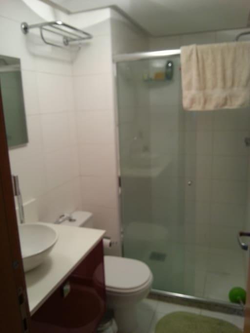 Banheiro modero e exclusivo para o quarto
