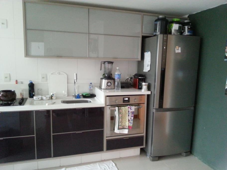Cozinha moderna disponível para uso com educação