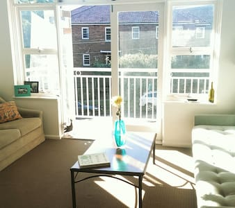 Sunny flat 10 min to city - Willoughby
