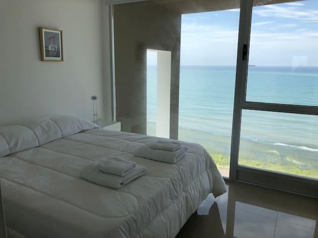 Dormitorio con cama Qeen Size y vista al mar!