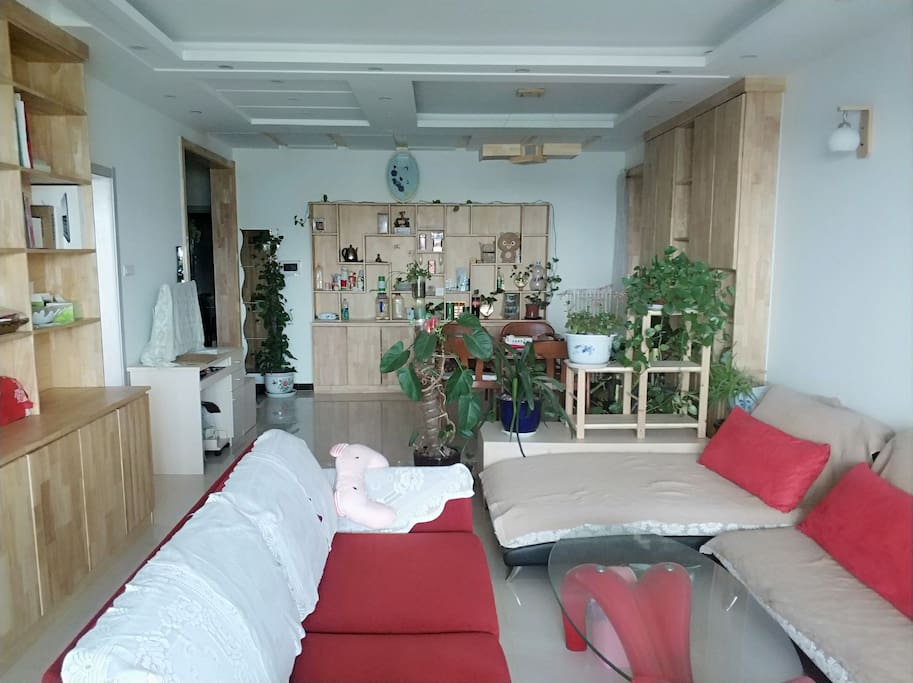60平米实木家具客厅左侧是出租的22平米卧室,豪华套房也不会有这么大面积。