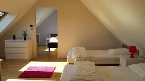 La chambre lit double (porte coulissante) et la mezzanine 2 lits simples