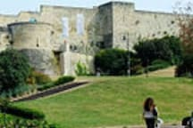 Château de Caen à 12mn à pied.