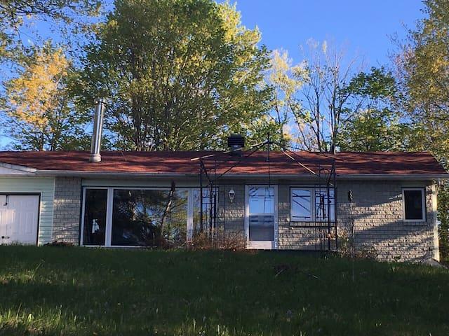 Beautiful Lake Access House 45 min from Ottawa 湖景房