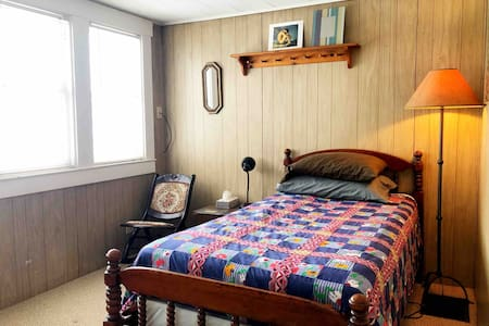 Cozy Single Room near Earlham, Parks & Downtown