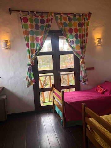 Quarto suite com uma aurea mais infantil, piso superior, uma bicama e uma cama solteiro. Mas as camas sao solteiro padrao.