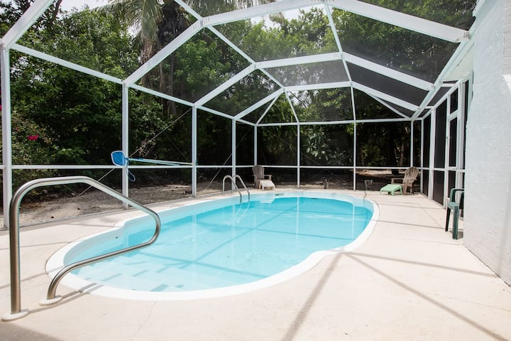 BAYWATCH COTTAGE ON CAPTIVA - PET FRIENDLY WITH DOCK
