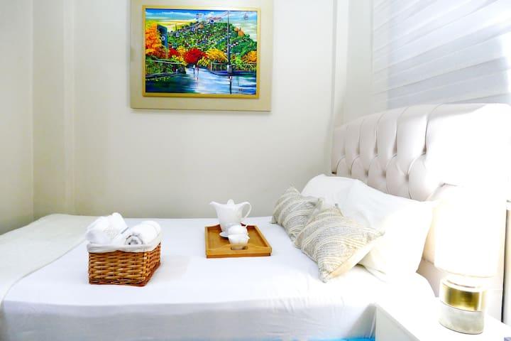 Condominio Gladys.+593 99 099 3405 Av. Fco.Orellana. 3 Min Parque Deportivo Samanes. Suite Doble 2 camas matrimoniales. Entrada Independiente con puerta metálica. Condominio privado tipo Hotel.