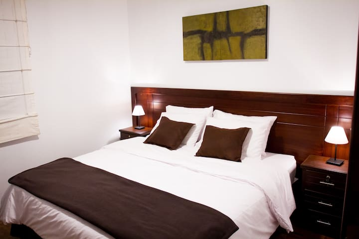 King-size bed in a comfy apartment near Plaza Foch