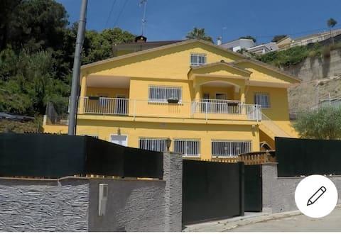 La Casita Amarilla mountainside house near Bcn