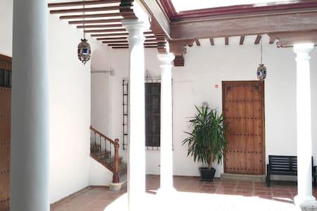 Habitación privada Beatas 35, edificio siglo XIX. - Malaga
