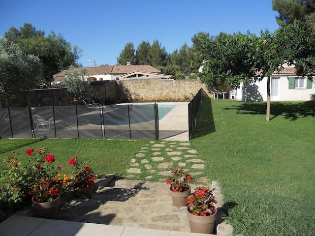 Studio - rez de jardin avec piscine - Grans - Dům