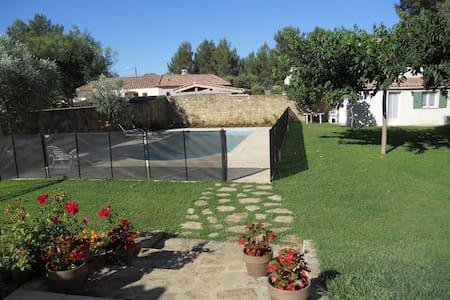 Studio - rez de jardin avec piscine - Grans - Casa
