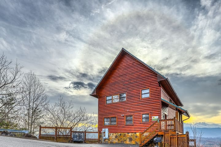 Mountain cabin w/private hot tub, community pool, and gorgeous mountain views!